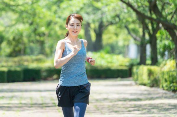 女性ランナー 公園