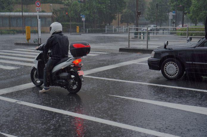 雨 バイク クルマ