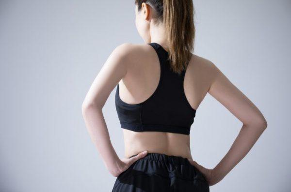 背筋を伸ばす女性