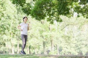 木陰を走る女性