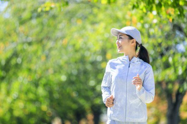 景色の良い公園を走る女性