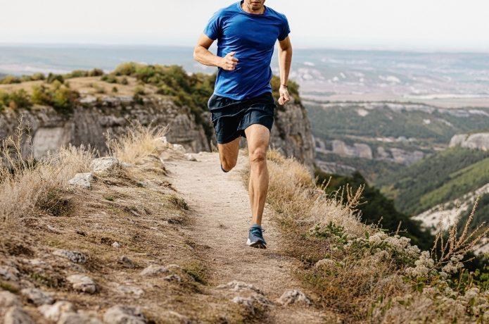ハーフパンツを履いて走る男性