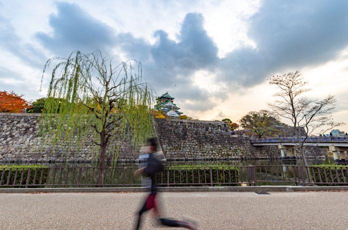 大阪城周辺をランニングする人