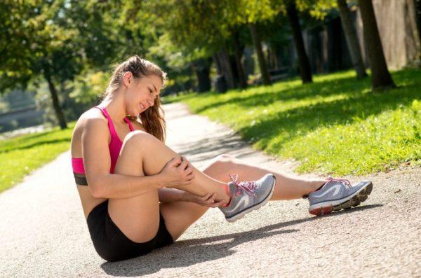 女性ランナー 脚を傷めている