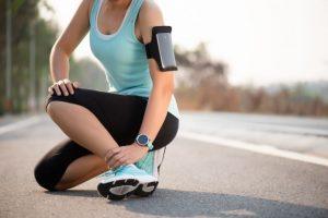 足首を抑えるランナー
