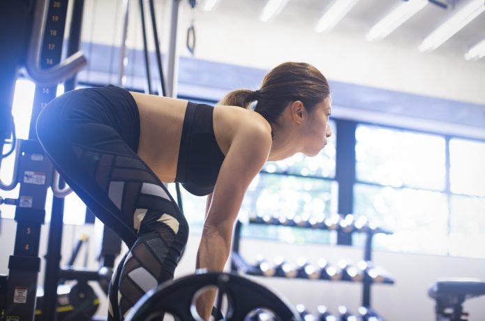 女性 デッドリフト バーベル トレーニング