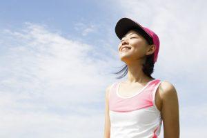 自然体でランニングを楽しむ女性