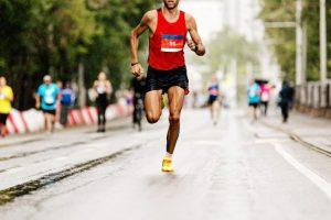 マラソン大会で走る男性