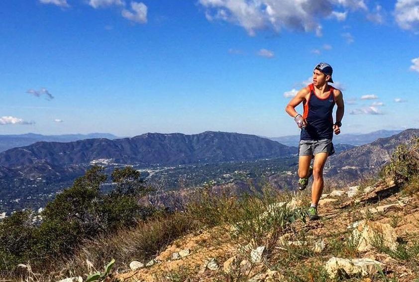 山道を走る男性