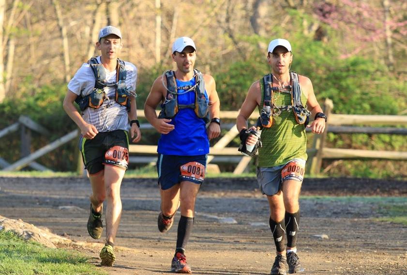 ノースフェイスのシューズで走る男性たち