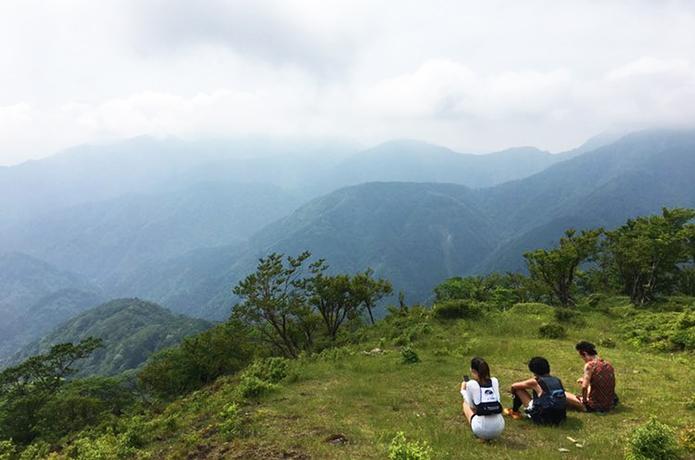 気楽に山で休憩しているイメージ