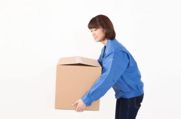 女性 重い荷物を持ち上げる