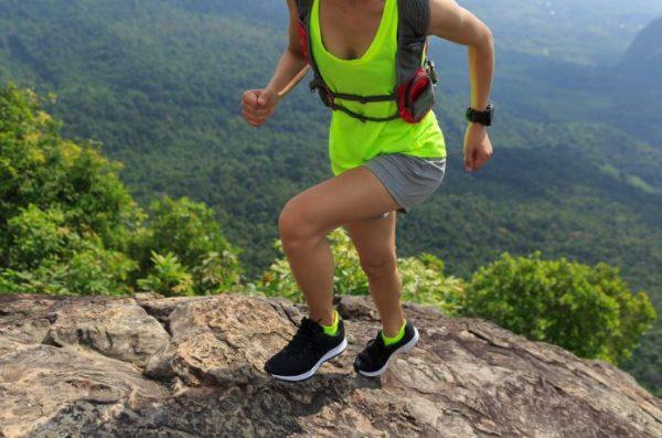 ロングトレイルを走る女性