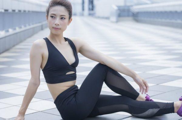 女性 腰を伸ばすストレッチ