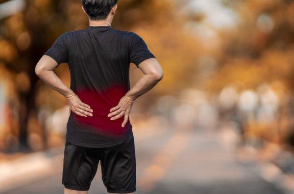 男性ランナー後ろ姿 腰痛