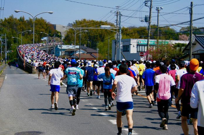 練習としてマラソン大会に参加するランナー