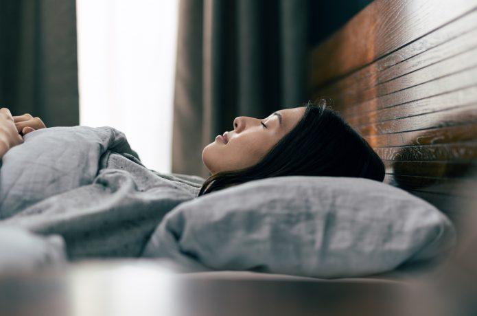 睡眠でリラックスする女性