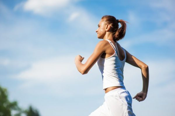 力強く走る女性