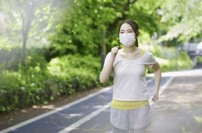 マスクをして走る女性
