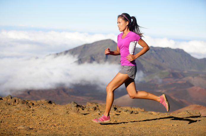 きつそうなペースで走る女性ランナー