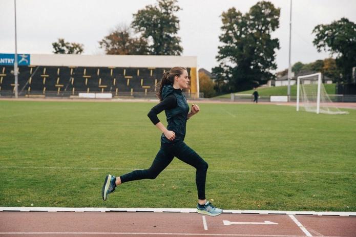 ニューバランスのシューズを履いて走る女性