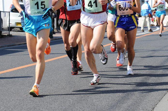 マラソンに参加しているランナーとゼッケン