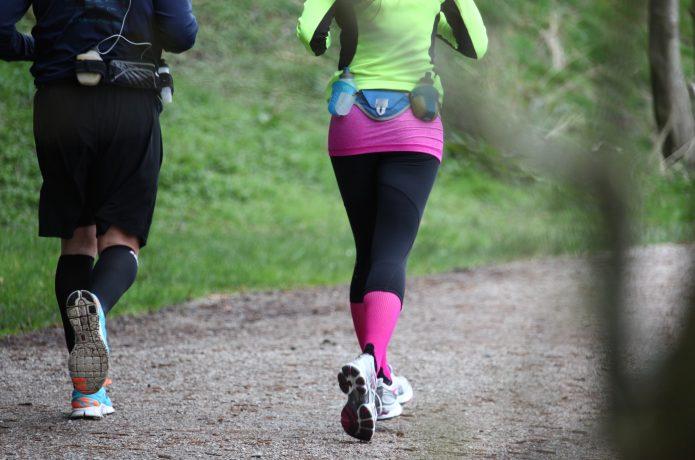 ウエストポーチを身につけて走る男女