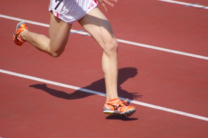 全力で走る短距離選手