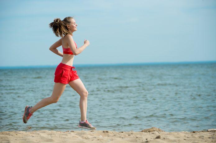 ショートパンツ ランニング 女性 ビーチ