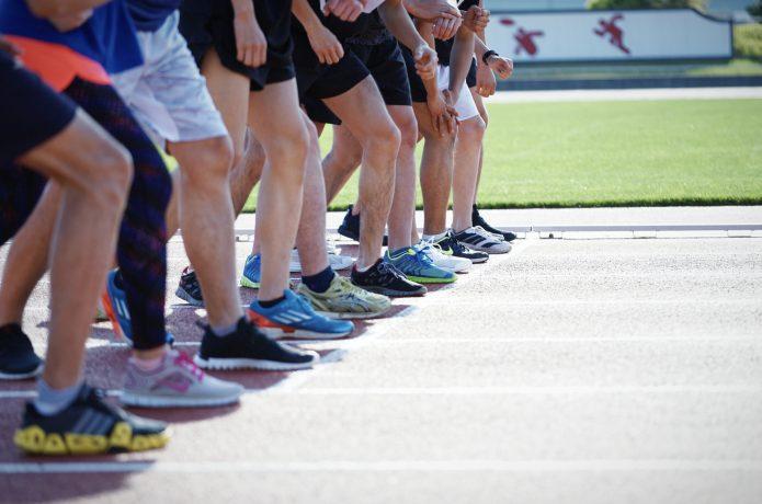 マラソンのスタート位置に並ぶランナー