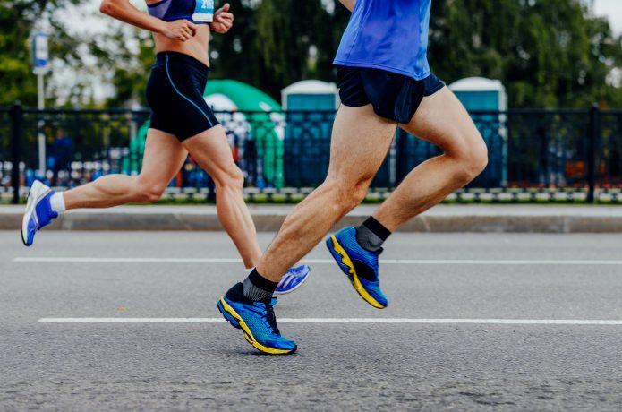 マラソン大会で頑張って走るランナー