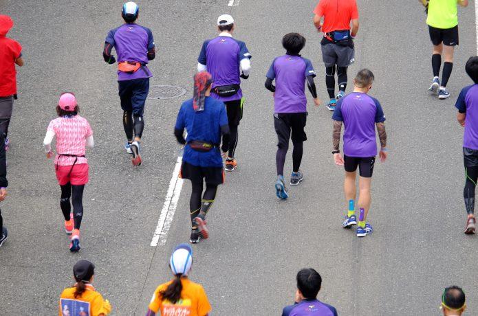 マラソン大会に出場するランナーたち