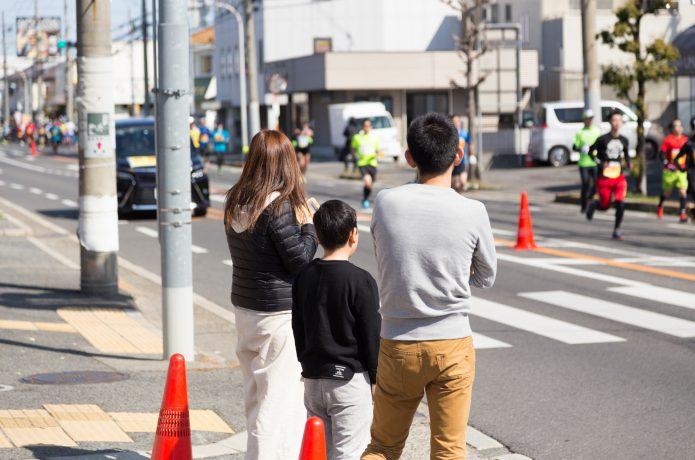 沿道で応援する家族