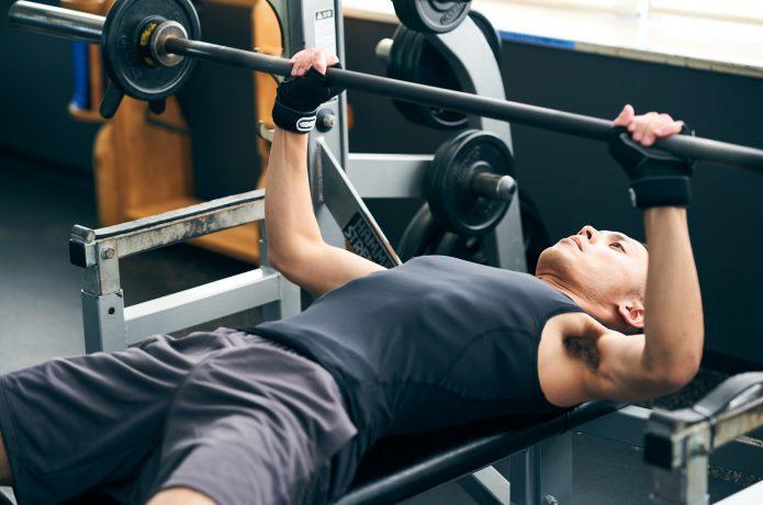 ベンチプレスは何キロを持ち上げれば良い?自分の体重比とベンチプレスの目標の決め方 | RUN HACK [ランハック]