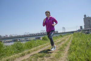 川沿いをランニングする女性