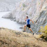 坂道を走る男性