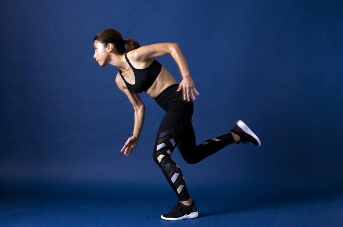 全身の筋肉を使用して走る女性