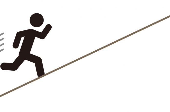 坂道ダッシュをするランナーのシルエット