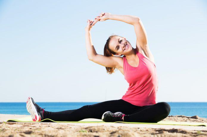 ストレッチをする健康的な女性