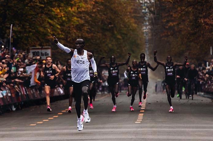 「ナイキ エア ズーム アルファフライ ネクスト%」を履いて走るキプチョゲ選手