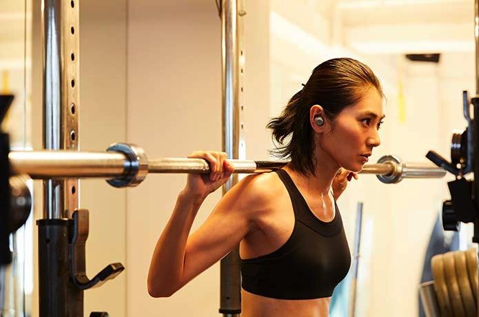 「ATH-SPORT5TW」を使用してトレーニングをする女性
