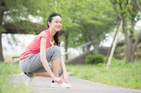 女性ランナー 靴紐