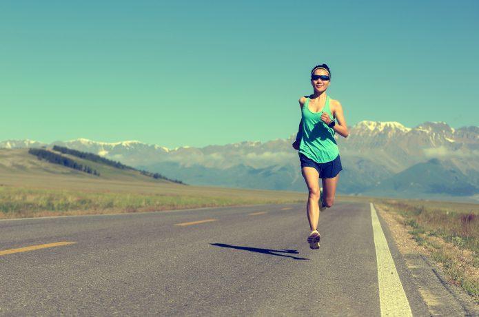長距離を走る女性ランナー