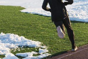 ロングパンツを履いて走る男性