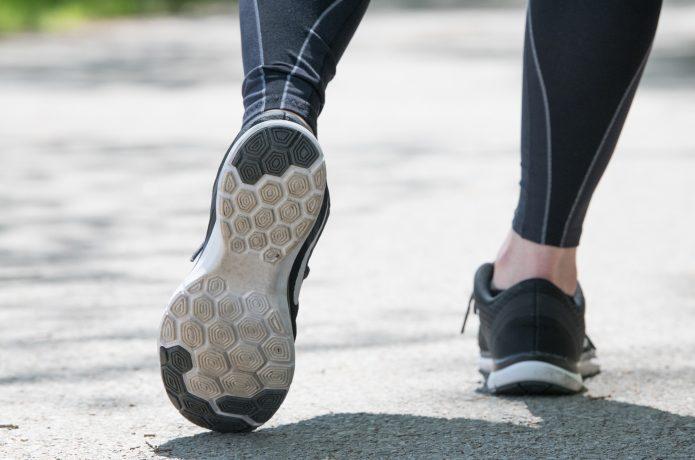 足の裏を意識して走るランナー