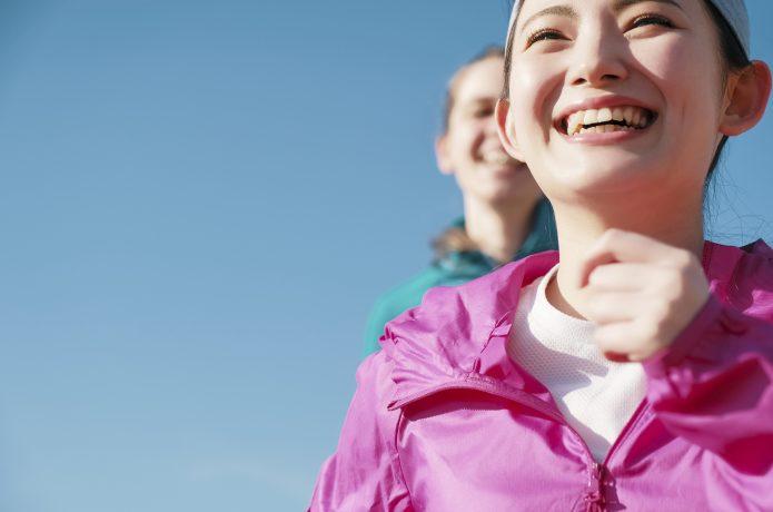 膝の痛みから解放され、笑顔でランニングをする女性