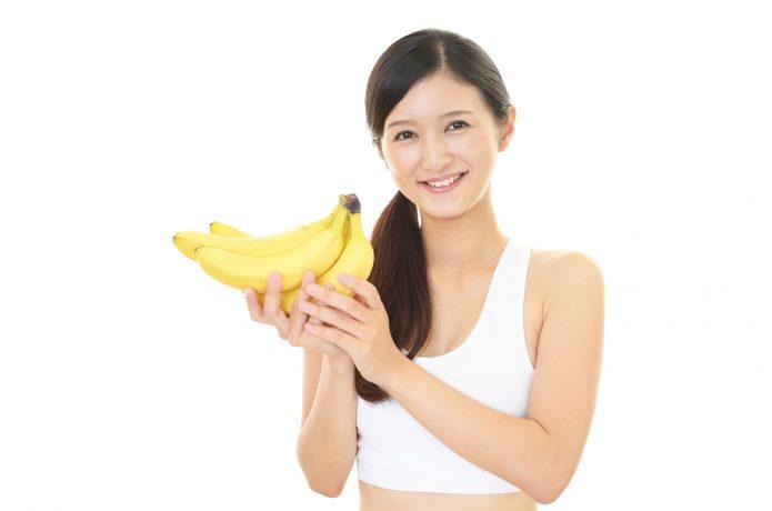 バナナを持っている女性