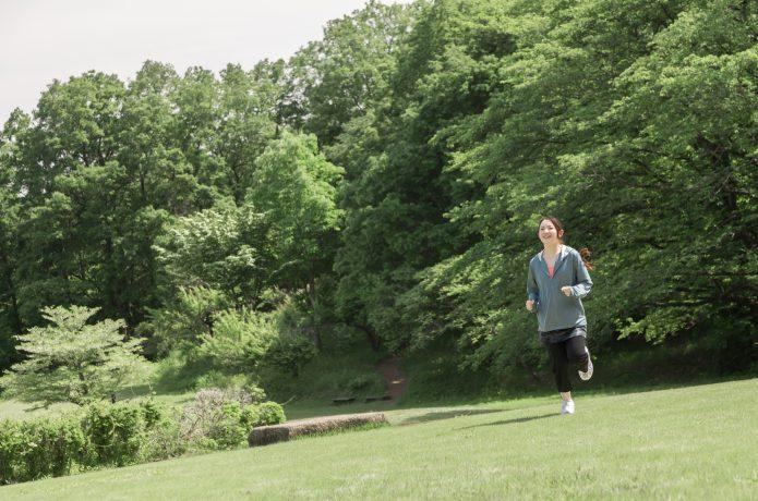 距離を把握しやすい公園を走る女性