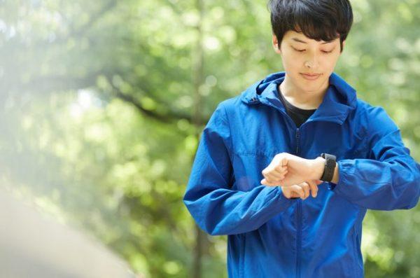 男性ランナー 時計を見ている