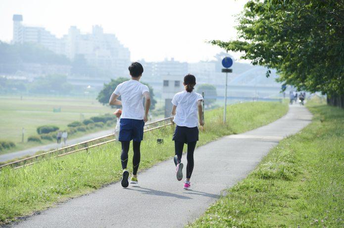 ゆっくり走る男女